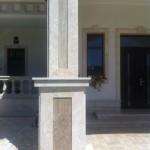 Stalp placat cu piatra naturala, granit si travertin. Manopera placare granit, travertin - executata de Marmur Art