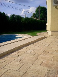 realizare Piscine cu mozaic. bordura din marmura, piatra naturala travertin pentru alee. Realizate de Marmur Art 2017