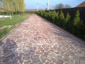 Mozaic marmura rosie cu ciment alb placare alee gradina. Alegeti Marmur Art pentru siguranta montajului