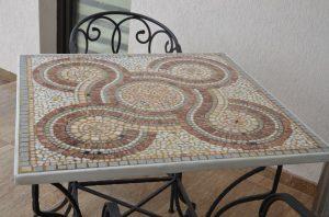 Masa de gradina suprafata din mozaic marmura si granit. Masa si scaune fier forjat si piatra naturala obiecte decorative pentru gradina