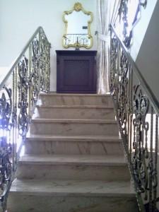 Trepte travertin - scara interioara travertin - piatra naturala durabilitate si eleganta. Marmur Art livrare gratuita in Bucuresti